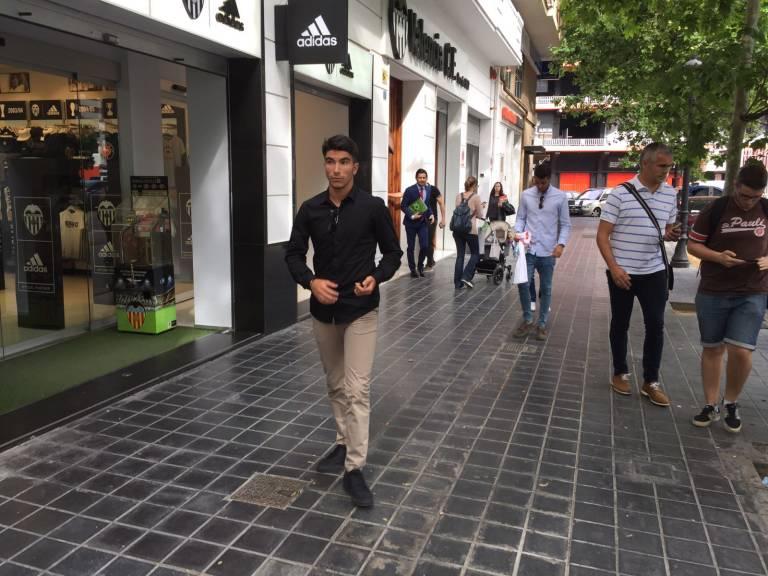 Valencia cf carlos soler firma su renovaci n con el for Valencia cf oficinas